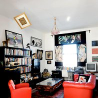 Slike so bile tudi navdih za zavese, ki jih je sešila in v podobnem slogu poslikala lastnica. (foto: Mateja Jordović Potočnik)