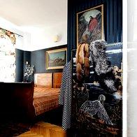 V spalnici starinsko pohištvo dopolnjujejo črne tapete in sodobna garderobna niša. Tu so svoj prostor našle tudi slike starejšega datuma. (foto: Mateja Jordović Potočnik)
