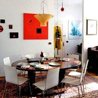 Jedilna miza, okrog katere se družina najraje zbira, je bila darilo prijateljev in je bila prvotno namenjena za ladijsko opremo. Starinski kosi pohištva so v stanovanje prineseni z vseh vetrov. (foto: Mateja Jordović Potočnik)