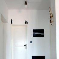 Posebnost stanovanja je del stene, ki služi kot površina za sedenje. (foto: Fulvio Grissoni)