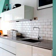 Kuhinjo sestavlja mešanica kupljenih in po naročilu izdelanih elementov. (foto: Fulvio Grissoni)