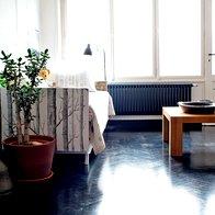 Kavču, ki je bil včasih last sosede, sta z ostanki tapete in s svežimi barvami vdahnila novo življenje. (foto: Fulvio Grissoni)