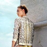 Jakna Farandula, 796,80 €; bluza Pinko, 227 €; kratke hlače H & M, 24,95 €; uhani Skušek, 174 €; zapestnica Skušek, 16,50 €. (foto: Fulvio Grissoni)