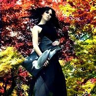Oblačila: Obleka Stradivarius, obutev Top shop, torbica Peter Movrin; fotografirano v Arboretum Volčji Potok (foto: Aleks Štokelj)