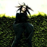 Oblačila: Hlače Ana Jelinic, body Pinko, obutev Top Shop; fotografirano v Arboretumu Volčji Potok (foto: Aleks Štokelj)
