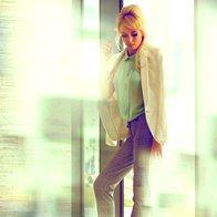 Oblačila: turkizna bluza Massimo Dutti; karo hlače Massimo Dutti; suknjič Massimo Dutti; zapestnice Top Shop; zahvala: Rolf Benz (foto: Fulvio Grissoni)