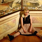 Oblačila: črna obleka pod krilom, Sisley, Maxi; Krilo, R Exclusive by Rašica; rože kot ovratnik H&M; nogavice Calzedonia; čevlji Top Shop, Emporium; Fotografirano na Grad Jable, Ustanova center za evropsko prihodnost (foto: Fulvio Grissoni)