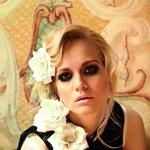 Oblačila: obleka Sisley, Maxi; rože H&M; Fotografirano na Grad Jable, Ustanova center za evropsko prihodnost (foto: Fulvio Grissoni)