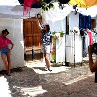 Obiskovalci so se pogumno nastavili fotografskemu objektivu fotografinje Iris Anam Cara. (foto: Nina Štajner)