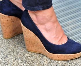 Čigavi so čevlji na fotografiji?