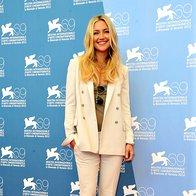 Kate Hudson je za popoldansko tiskovno konferenco oblekla bel hlačni kostim.
