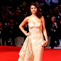 Selena Gomez - obleka Atelier Versace, torbica Judith Leiber, nakit Lorraine Schwartz, čevlji Sergio Rossi (foto: Getty)