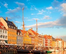 V deželi Danski ...