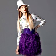 Bluza Zara, 39,95 €; ogrlica Zara 39,95 €; krilo Eber by JSP, 225 €; gležnjarji United Nude, 469 €; klobuk Firma by Sanja, 230 €; prstan Skušek, 750 €. (foto: Mitja Božič)
