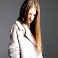 Plašč Marella, 559 €; ogrlica Zara, 39,95 €. (foto: Mitja Božič)