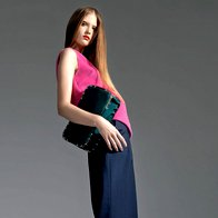 Top Penny Black, 99 €; hlače Firma by Sanja, 216 €; torba Grošelj, za ceno povprašajte v trgovini; gležnjarji United Nude, 249 €. (foto: Mitja Božič)