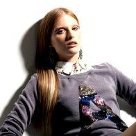 Bluza Zara, 39,95 €; pulover Maison Scotch, 69,95 €; krilo Red Valentino, 249 €; rokavice Max & Co., 79 €; uhani Soldini, 86 €. (foto: Mitja Božič)