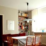 Jedilnica s stoli in mizo iz podjetja Naglas, podedovano preprogo in svetilko, ki jo je v začetku osemdesetih oblikoval Vladimir Pezdirc. (foto: Fulvio Grissoni)