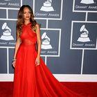 Grammyji: RiRi, (skoraj) dama v rdečem