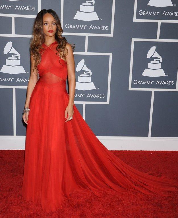 Grammyji: RiRi, (skoraj) dama v rdečem - Foto: Profimedia