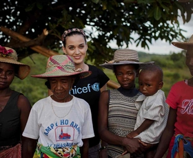 Katy Perry pri otrocih z Madagaskarja