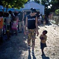 Katy Perry pri otrocih z Madagaskarja (foto: Unicef/Holt)