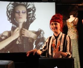 Jane Bowler: Iz zavese za tuš nastane oblačilo
