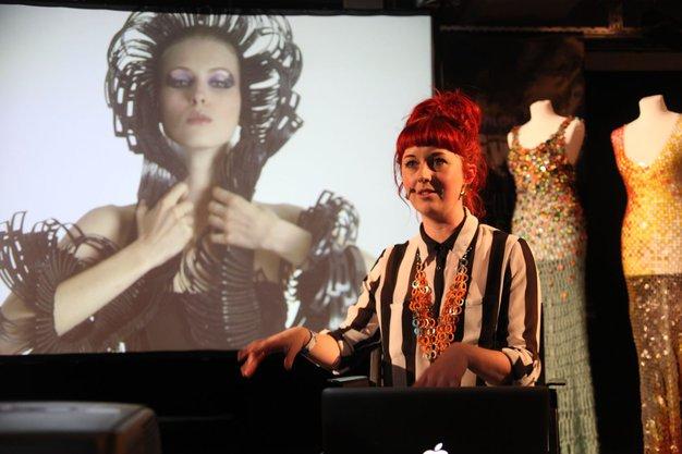 Jane Bowler: Iz zavese za tuš nastane oblačilo - Foto: Aleš Pavletič