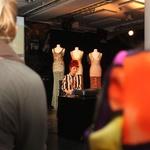 Jane Bowler: Iz zavese za tuš nastane oblačilo (foto: Aleš Pavletič)