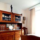 V jedilnem kotu kraljuje kredenca, ob njej pa so velika kamnita miza in stari, a obnovljeni stoli.  (foto: Matevž Paternoster)