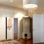 Vsi osrednji prostori imajo več kot 40 kvadratnih metrov, zato so v njih čez celotno steno postavili garderobne omare. Za prehodne stvari pa je v stanovanju na voljo garderobna soba. (foto: Matevž Paternoster)