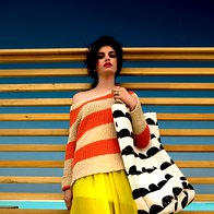 Pulover Leon & Harper, 134 €; obleka Max & Co., 279 €; torba Ferm Living, 71,50 €; prstani Pandora, 49 €/kos. (foto: žiga mihelčič)