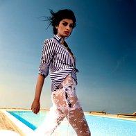 Bluza Marina Yachting, 159 €; obleka Simona Lampe, 1.350 €; spodnji del kopalk  Calzedonia, 15 €; zapestnica Emile Et Ida,  17 €; ogrlica Topshop, 23 €; sandale  Hybrid by United Nude, 180 €. (foto: žiga mihelčič)