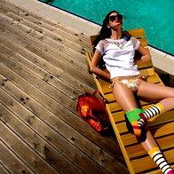Majica Pinko, 146,50 €; spodnji del kopalk Studio La Perla, 125 €/komplet; sončna očala Carrera, 118,80 €; zapestnice Six, 5,95 €/komplet 16 kosov; nogavice Marina Yahting, 29 €; sandale Hybrid by United Nude, 180 €. (foto: žiga mihelčič)