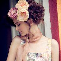 Obleka Stefanel, 179 €; rumeni roži Accessorize, 9,90 €/kos, rožnata roža Parfois, 6,95 €; šal, last stilistke. (foto: mimi antolović)