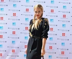 Rita Ora: Na Malti v plašču Ungaro