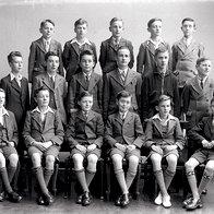 Leta 1920 postanejo del šolskih uniform (foto: Getty Images, Shutterstock.com, promocijsko gradivo in arhiv Elle)