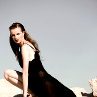 Obleka Divas Vintage, 80 €; spodnji del kopalk La Perla, 147 €; prstan Skušek, 64,80 €; sandale Lola Cruz, 129 €. (foto: Suzan Gabrijan )