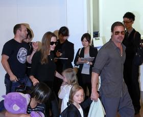 Foto: Družina Jolie-Pitt prispela v Tokio