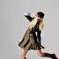 Plašč Max & Co., 339 €;  srajčna bluza Marina Yachting, 149 €; škornji Le Pepé, 269 €; kapa Marina Yachting, 89 €;  prstan Olga Košica, za ceno  vprašajte v trgovini. (foto: Mitja Božič)