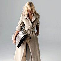 Plašč Elisa Fend, 494 €; hlače Akultura, 420 €; salonarji Guess, 150 €; torba Grošelj, za ceno vprašajte v trgovini. (foto: Mitja Božič)