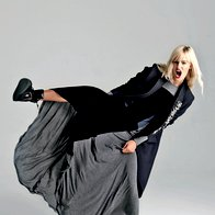 Plašč H & M, 149 €;  obleka DKNY, 349 €; čevlji Topshop, 68 €; broška Lie or Live, Mom, za ceno vprašajte v  trgovini; broške Skušek, od 29,50 € do 77 €. (foto: Mitja Božič)