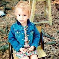 Lara nosi obleko Petit Bateau, 60 €; jakno in bularje,  oboje H & M, 19,95 € in 24,95 €; dokolenke Calzedonia,  2,50 €. Sedi na stolu We Do Wood, 112 €. (foto: mimi antolović)