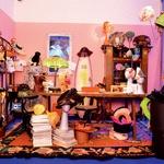 Svet, izpolnjen s klobuki, je iz doma Anne Piaggi prenešen v razstavni prostor. (foto: profimedia)