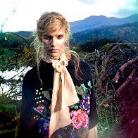 Bluza Ymocion Design, 157 €; pončo Stefanel, 249 €; krilo Max & Co., 109 €. (foto: Fulvio Grissoni)