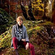 Bluza Ralph Lauren, 350 €;  pulover Topshop, 103 €; igla Dsquared2, 179 €; hlače Hugo Boss, 249 €;  plašč Francomina Mia, 135 €;  dokolenke Calzedonia 9,95 €; čevlji Tosca Blu, 140 €. (foto: Fulvio Grissoni)