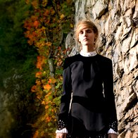 Obleka Alexander  McQueen, 2.740 €; hlačne nogavice  Calzedonia 9,95 €; čevlji Tosca Blu, 140 €. (foto: Fulvio Grissoni)
