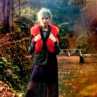 Obleka Guess by  Marciano, 310 €;  jopa Boss Women, 219 €;  suknjič Luisa Spagnoli, 280 €; brezrokavnik Krznarstvo  Eber, 690 €; čevlji Voile Blanche, 169 €. (foto: Fulvio Grissoni)