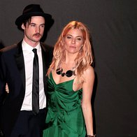 Sienna Miller (v obleki Burberry) in Tom Sturridge (foto: Profimedia)