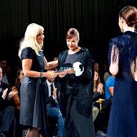 Nagrado za življenjsko delo je Marjeti Grošelj podelila Jerneja Jager, direktorica Modiane. (foto: primož predalič, sašo radej)